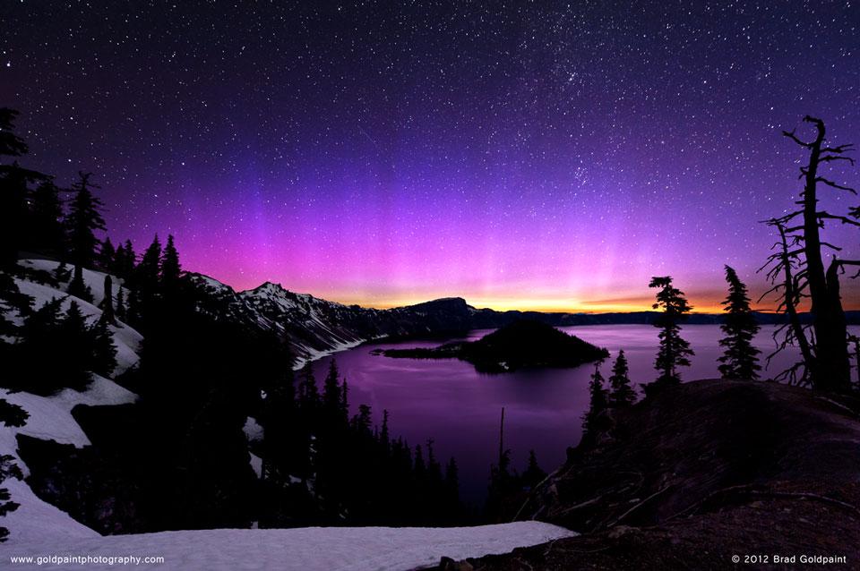 Aurora Merah Muda Di Atas Danau Kawah