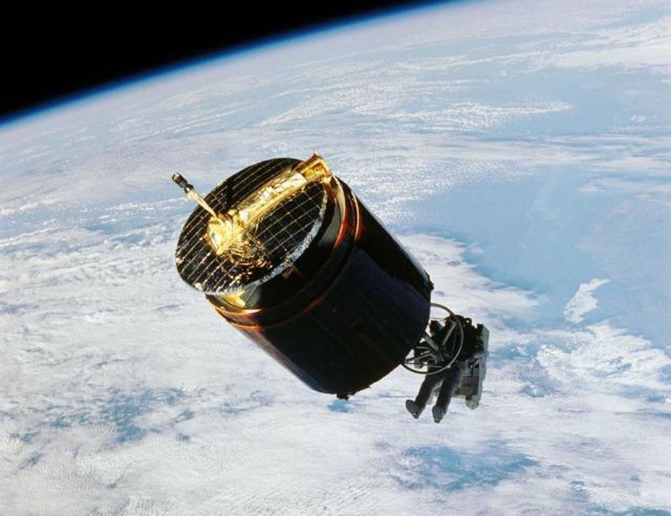 Astronaut Menangkap Satelit