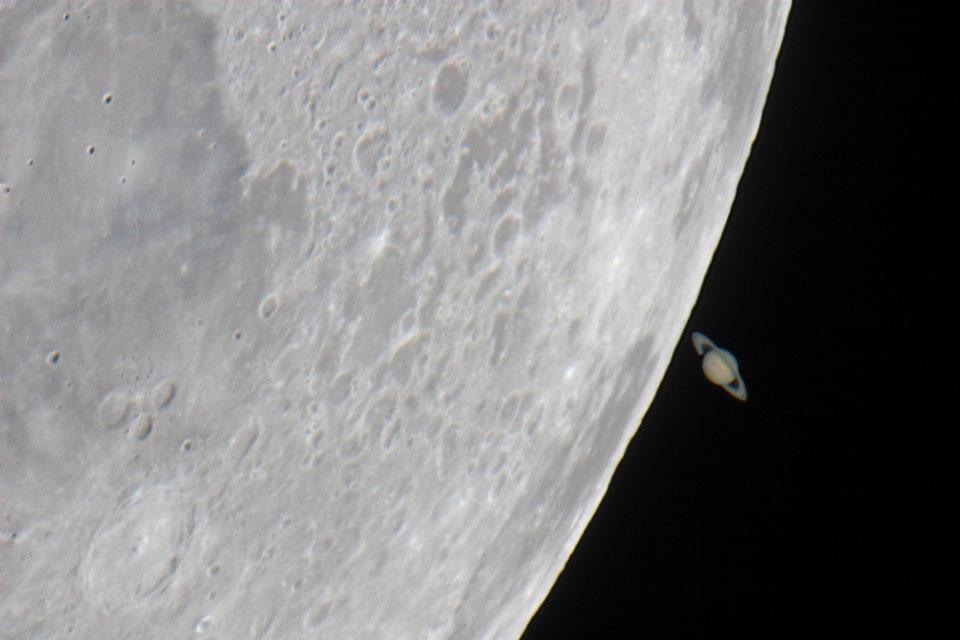 Saturnus-nya Bulan