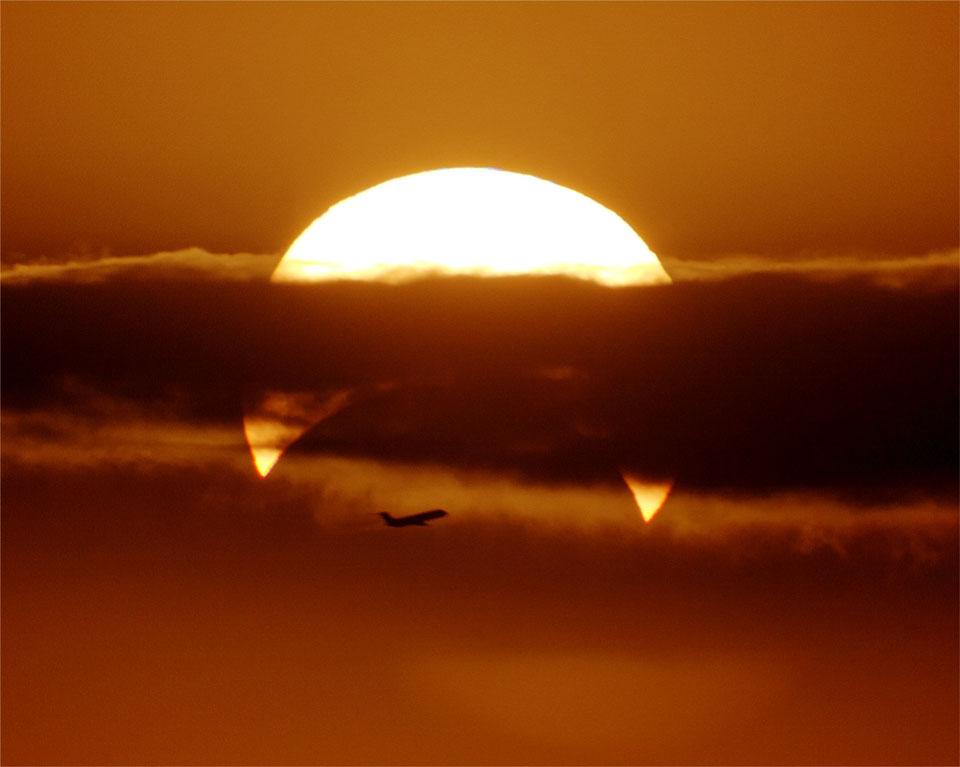 Parsial Gerhana Matahari dengan Pesawat