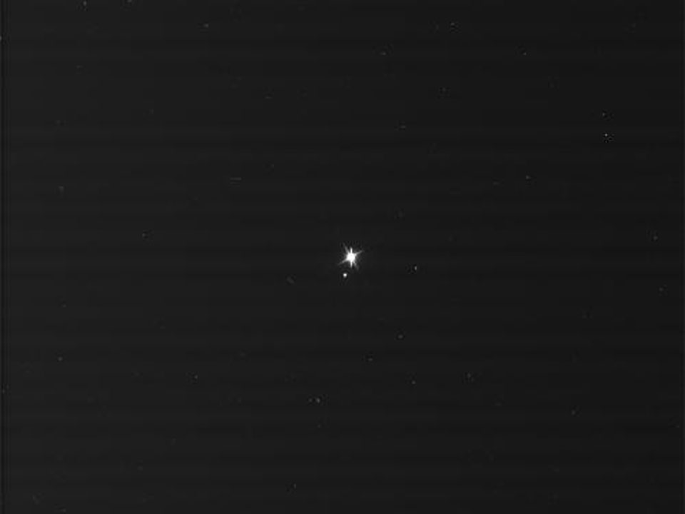 Earth dan bulan dari Saturnus