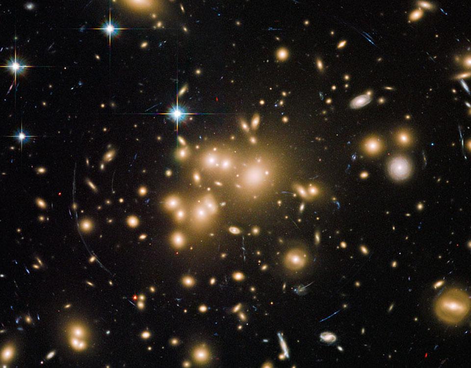 Galaxy Cluster Abell 1689 mengalihkan Cahaya