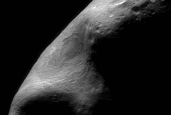 Una grieta gigante en el asteroide Eros