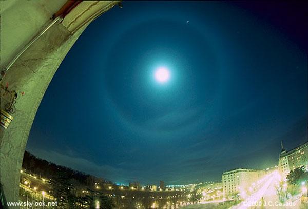 Un halo alrededor de la Luna