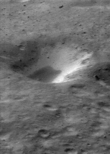 Un cráter con dos tonalidades en el asteroide Eros