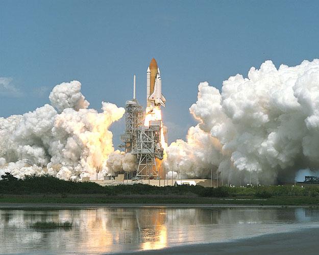 El Transbordador Sale Hacia la Estación Espacial
