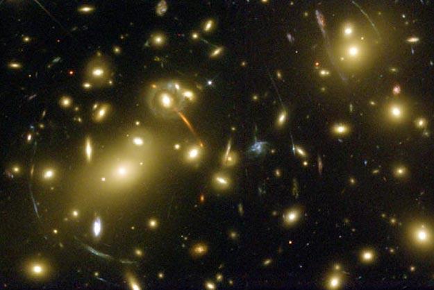 Abell 2218: Una lente gravitacional de un cúmulo de galaxias