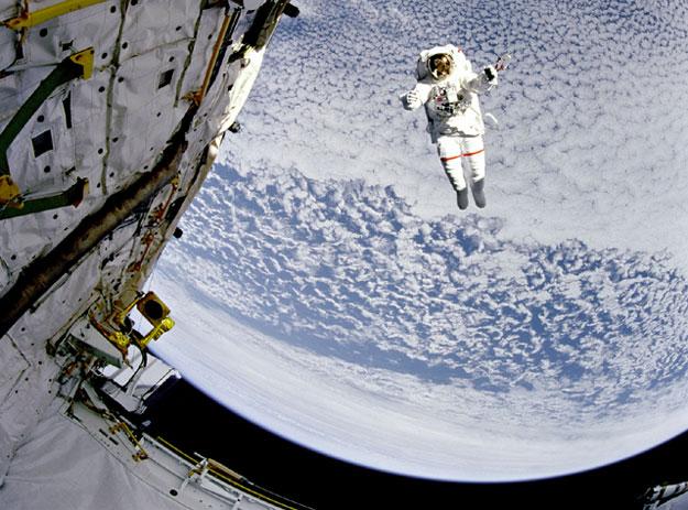 Un astronauta volador sobre la Tierra