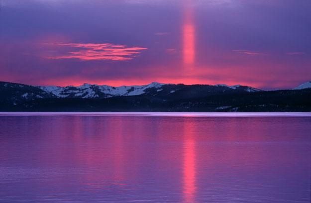 Un pilar solar en rojo y violeta