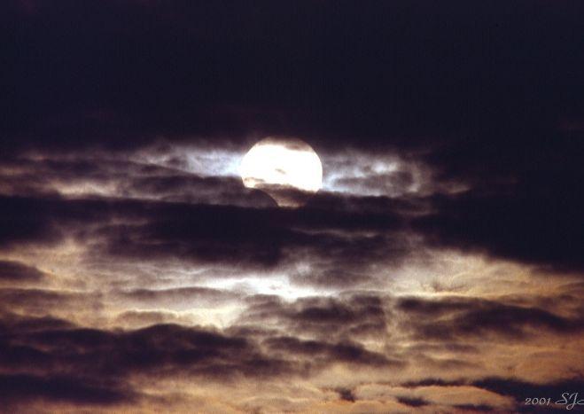 Eclipse parcial en un día nublado