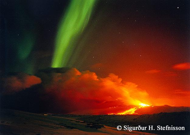 Volcán y Aurora en Islandia