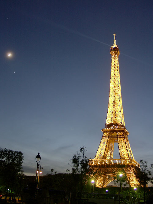 La Luna y los Planetas junto a la Torre Eiffel