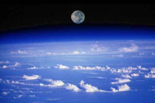 Puesta lunar, planeta Tierra