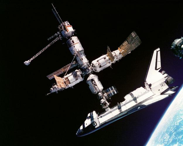 El Transbordador Espacial Anclado con la Mir