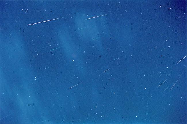 Meteoros entre estrellas y nubes