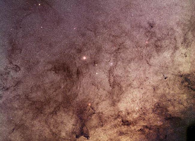 Estrellas y polvo a través de la ventana de Baade