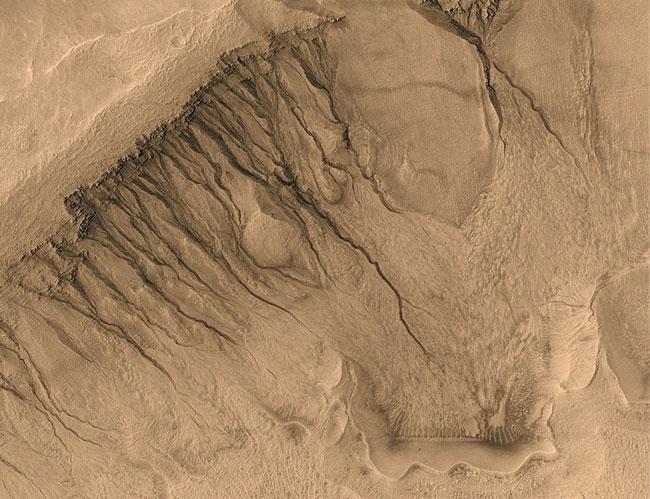 Surcos y canales poco corrientes en Marte