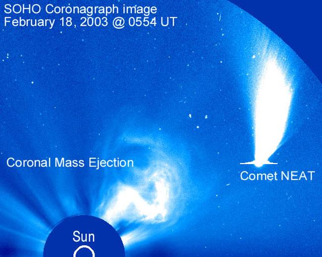 El cometa NEAT pasa cerca de una erupción solar
