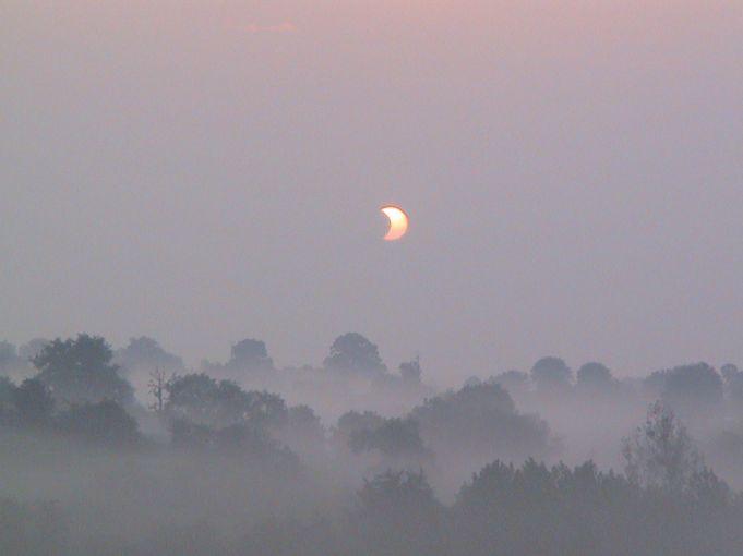 Eclipse en la niebla