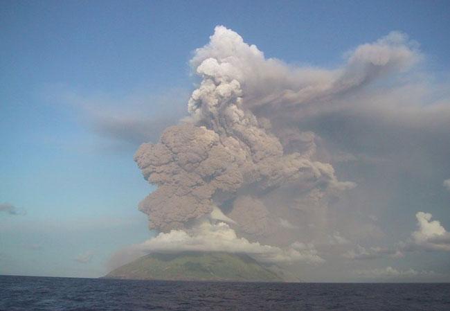 El Monte Anatahan en erupción