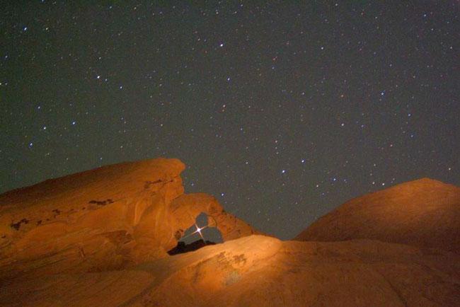 Marte surgiendo por un arco rocoso