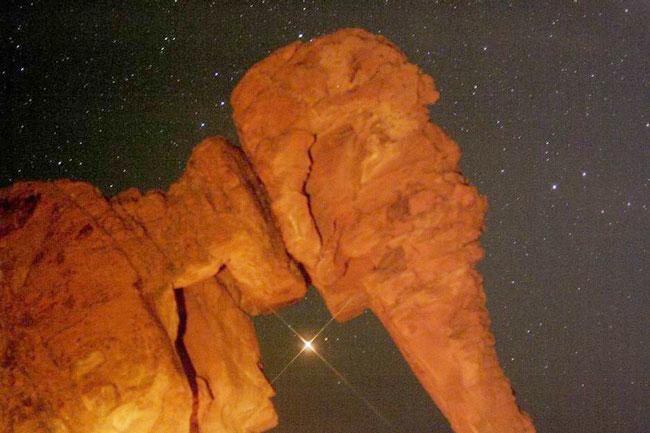 Marte saliendo por detrás de la Roca Elefante