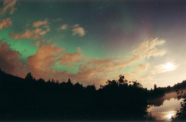 Una aurora por encima de las nubes