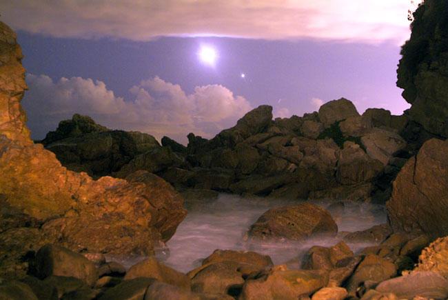 La Luna y Venus sobre la playa de Corona Del Mar