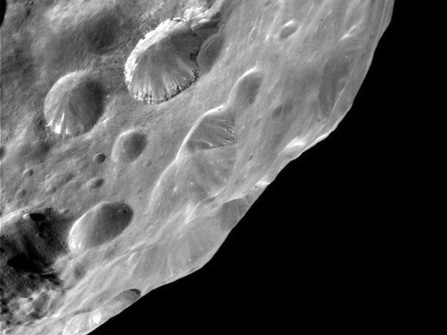 inusuales en la luna de Saturno Phoebe