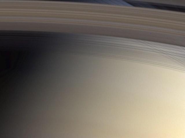 Mirando a través del anillo C de Saturno