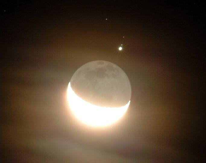 Júpiter y la región en sombras de la Luna