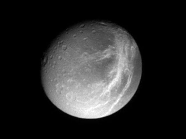La luna de Saturno Dione vista desde la Cassini