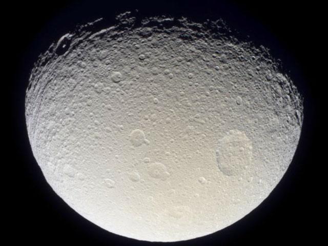 El satélite de Saturno Tethys visto desde la Cassini