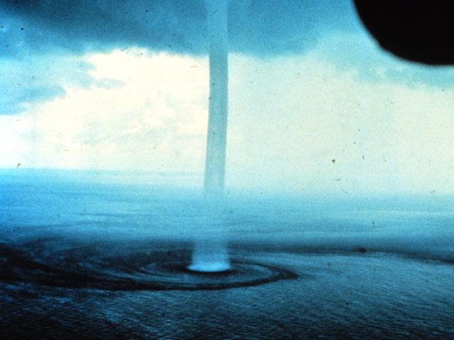 الزوابع و العواصف Waterspout_noaa