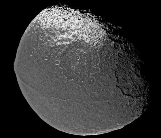 Japeto: un satélite de Saturno con una superficie extraña