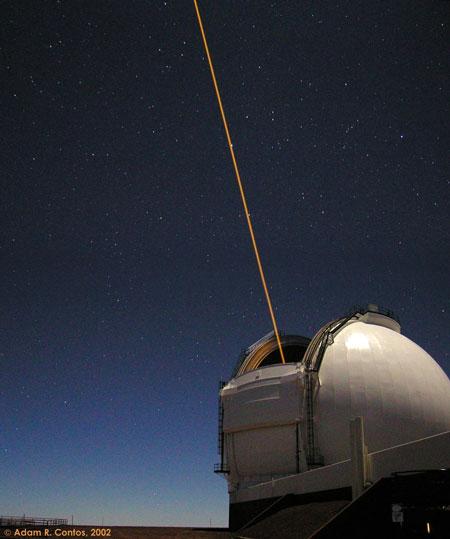 El láser de un telescopio crea una estrella artificial