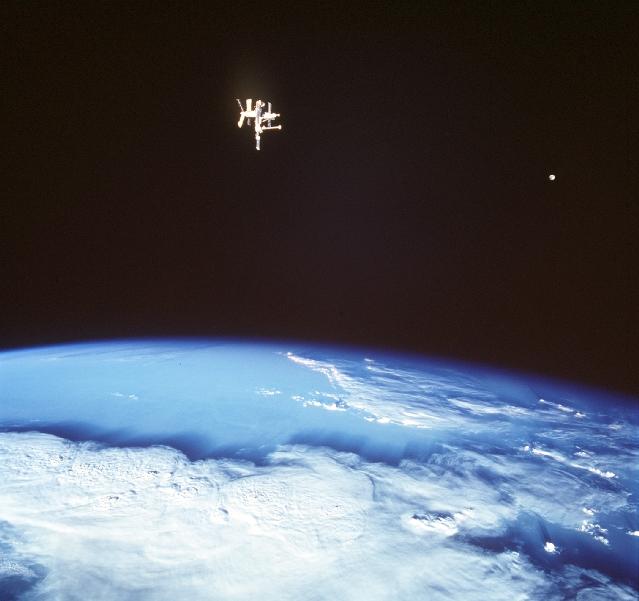 Las Lunas de la Tierra en órbita