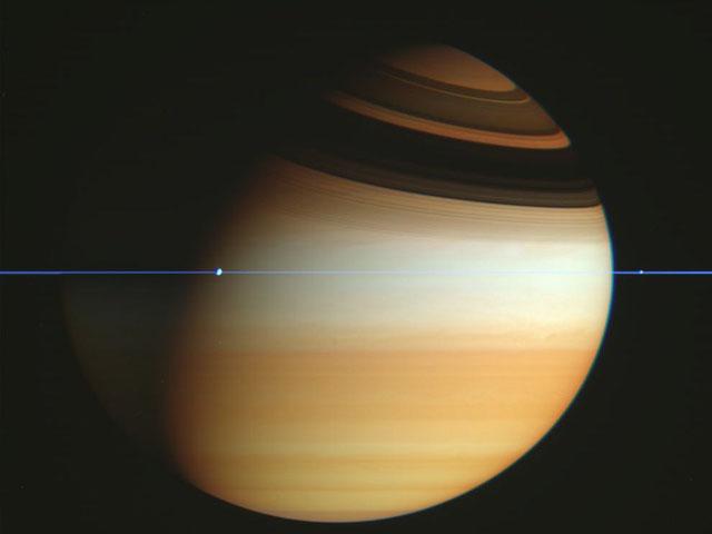 La nave Cassini cruza el plano de los anillos de Saturno