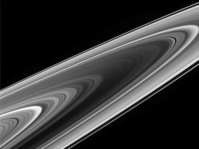 Los anillos de Saturno desde atrás