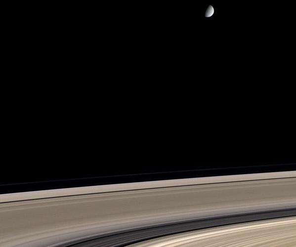 Saturno: anillos sucios y un satélite limpio