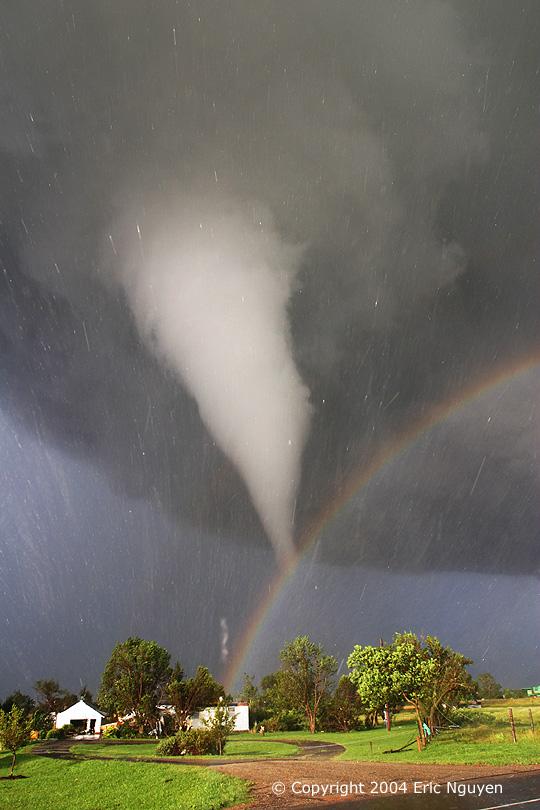 Tornado y Arco Iris sobre Kansas