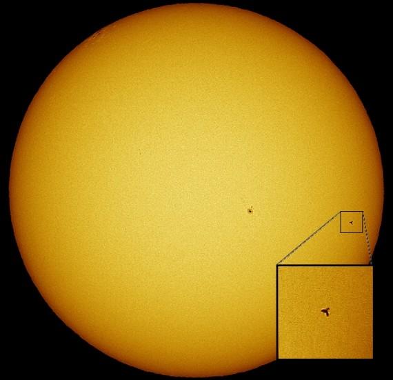 La ISS y el Discovery transitan frente al Sol