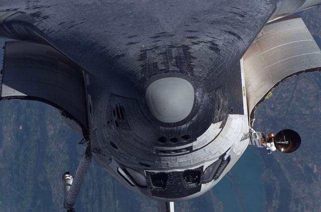 Una vuelta hacia atrás del transbordador en la Estación Espacial