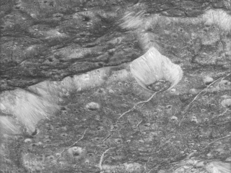 A 4,500 Kilómetros por encima de Dione
