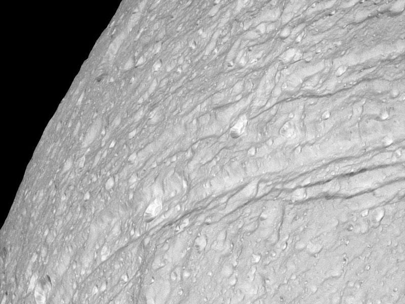 Acantilados y cráteres de hielo en Tethys de Saturno