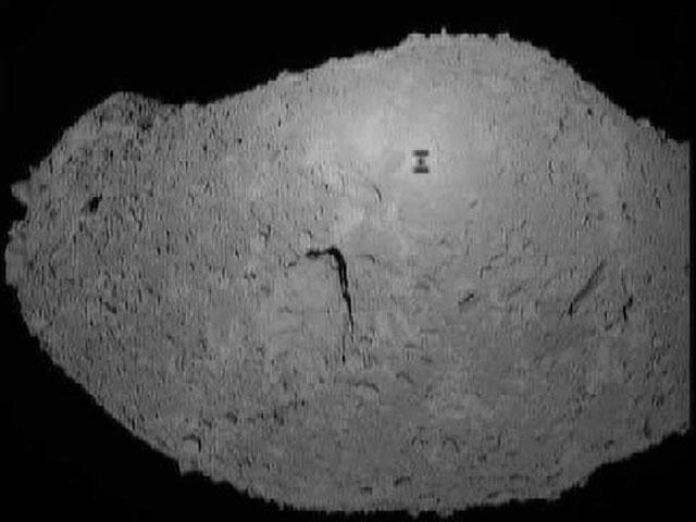 Una sombra de halcón en el asteroide Itokawa