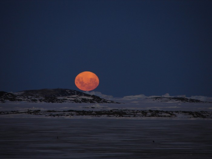 Luna sobre la Antártica