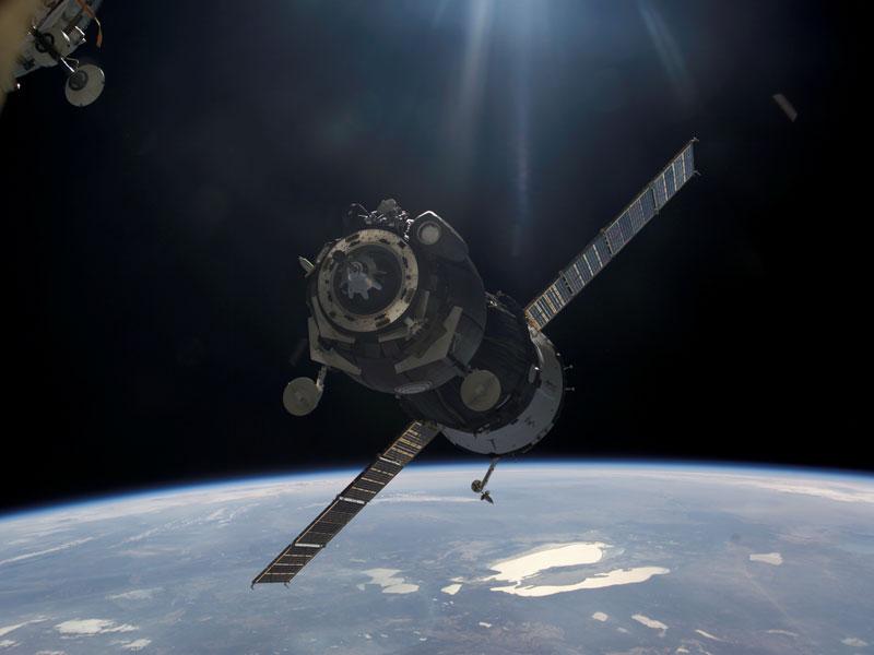 Una nave espacial Soyuz se aproxima a la Estación Espacial