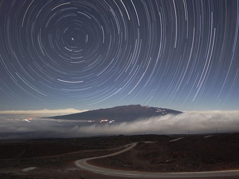 Estelas de estrellas sobre el Mauna Kea