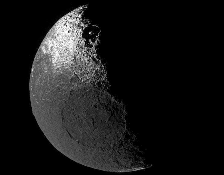 Terrenos oscuros en la luna de Saturno Jápeto